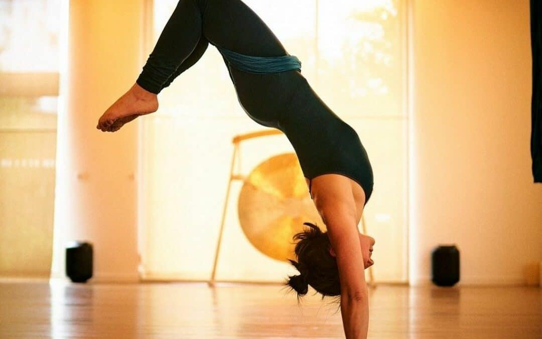 yoga aérien force et équilibre